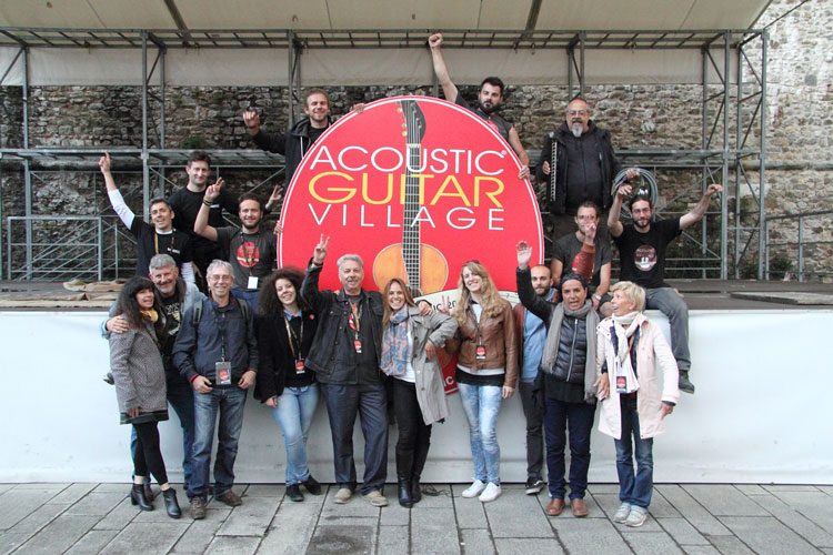 Lo staff dell'Acoustic Guitar Village - foto di Piero Angelo Legari