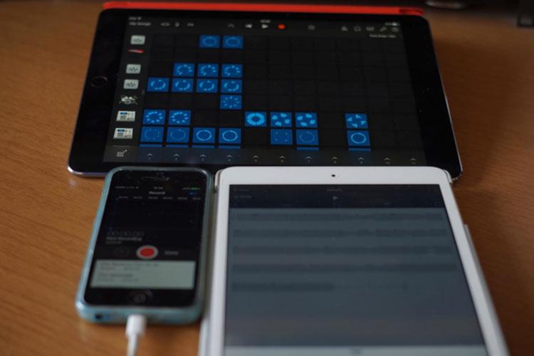 iPhone 5C con l'app Voice Memos, iPad mini con l'app Music Memos, iPad Air 2 con l'app GarageBand