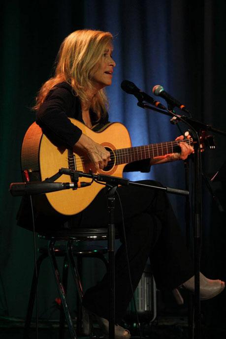Grazia-Di-Michele-in-concerto-allo-Studio-2-di-Rete-Uno4