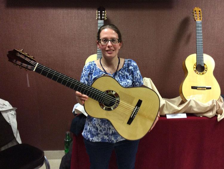 Silvia Zanchi con la sua chitarra mancina